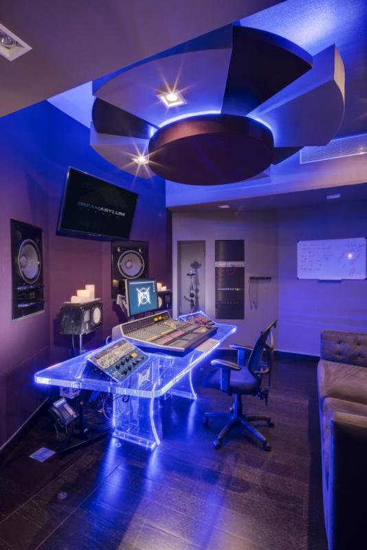 Dream Asylum Production Room vert, Image Courtesy © Cheryl Fleming Photography