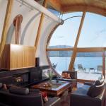 The Living Room looking out towards the river, Image Courtesy © Robert Harvey Oshatz, Architect