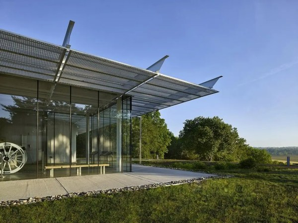 Mullion-less structural glass wall maximizes connection to the landscape, Image Courtesy © Jeffrey Totaro