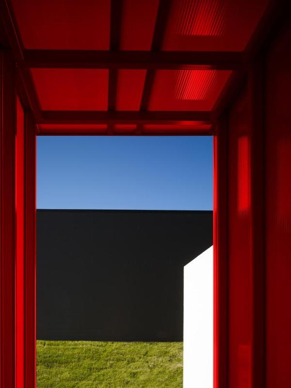 The east entry between buildings completes the composition of red, white and black, Image Courtesy © Scott McDonald (Hedrich Blessing)