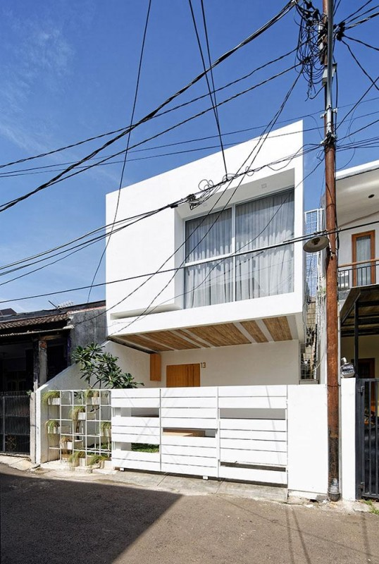 3 floor house seems like 2 floor house from facade, make it equal to other house, Image Courtesy © Fernando Gomulya