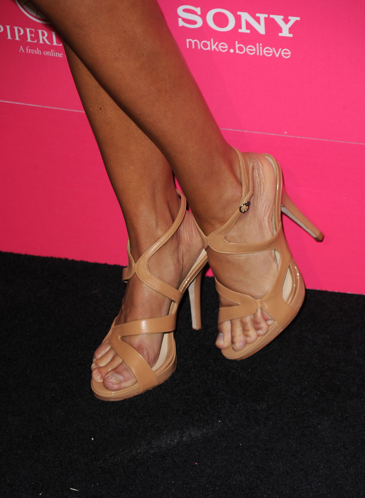 Queen Hairstyles Lisa Rinna Strappy Sandals Lisa Rinna Shoes Looks