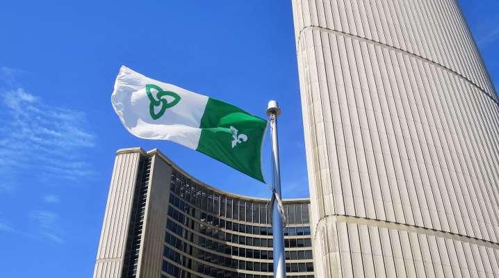 Le drapeau franco-ontarien devant l'hôtel de ville de Toronto.