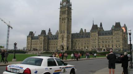 Pointée du doigt pour l'unilinguisme de ses agents sur la colline du Parlement, la Gendarmerie royale du Canada (GRC) n'a toujours pas mis en œuvre les recommandations de M. Fraser.  Archives, #ONfr