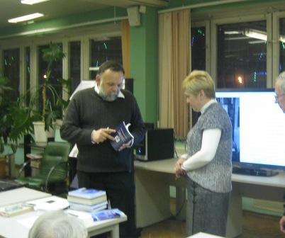 Руководитель БФ Гелиос дарит библиотеке Ю.А.Гагагрина книги о космосе, изданные при участии фонда