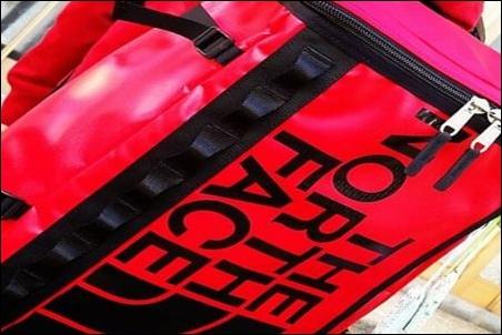 ザノースフェイス BCヒューズボックス NM81630 リュック リュックサック ザック ナップサック デイパック バックパック TNFレッド RE 外観 画像 写真 イメージ 図 背負っている場面