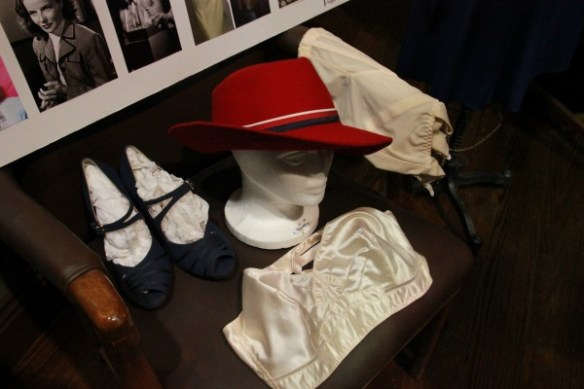 Agent-Carter-Wardrobe-Peggy-red-hat-accessories