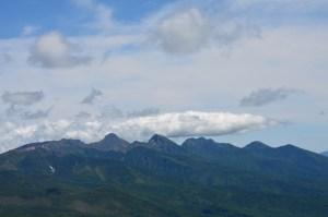 蓼科山山頂から望んだ八ヶ岳連峰。右から、西岳、編笠岳、権現岳、阿弥陀岳、赤岳、横岳、硫黄岳、天狗岳。