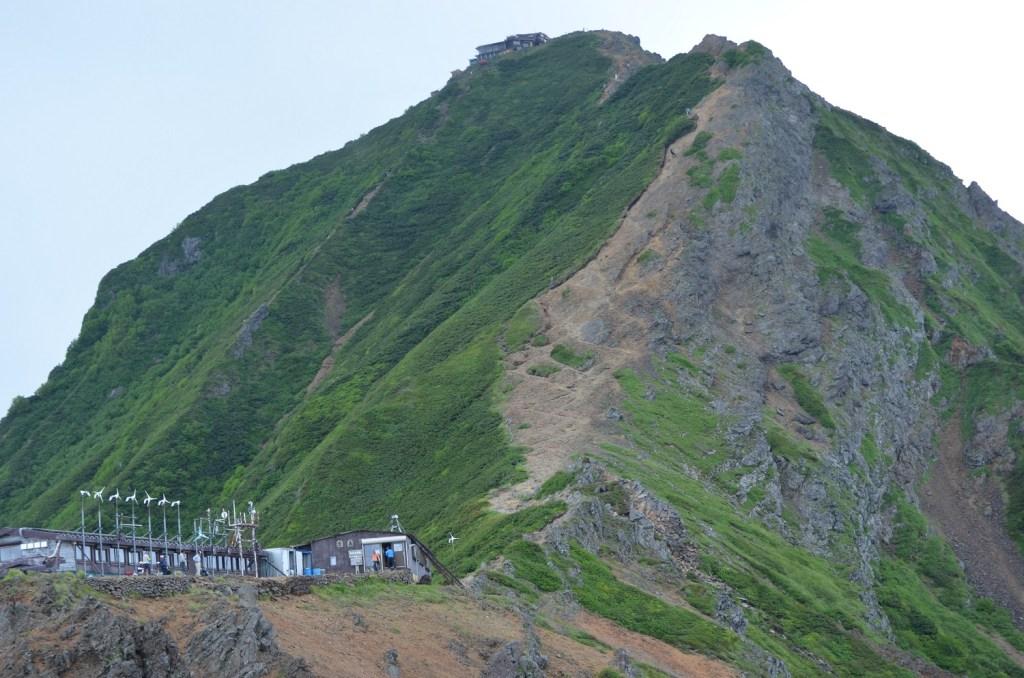 赤岳展望荘(左手前)と赤岳頂上山荘(上)