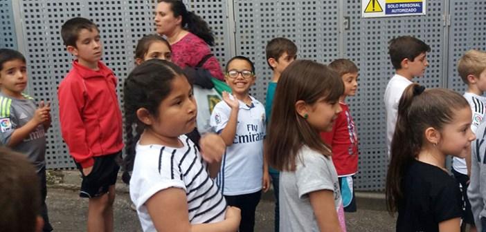 Manuel, en el centro, saludando junto a compañeros