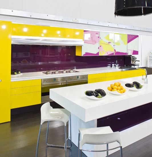 Яркая и необычная кухня, в которой прекрасно сочетается сочный оттенок фиолетового и желтого на фоне белоснежного стола, стульев и рабочей поверхности