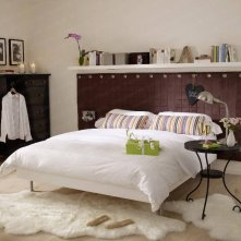 Shelves-above-the-bed-and-headboard-with-shelves1