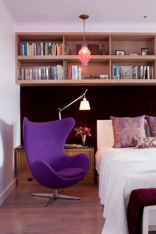 Две широкие деревянные полки над кроватью