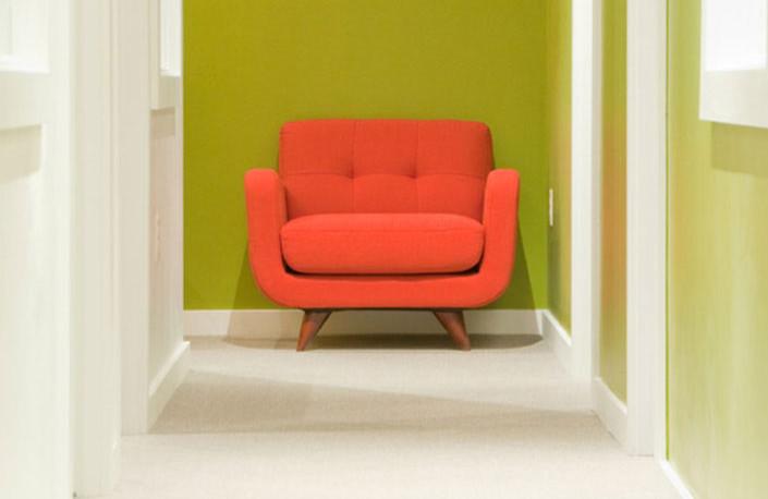 Зеленый коридор с креслом в стиле минимализм