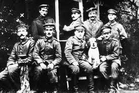 Hitler (izquierda, sentado)