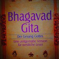 Bhagavad Gita. Sozusagen die indische Bibel. Es geht um: den Sinn des Lebens und nicht weniger als alle Geheimnisse dieser Welt