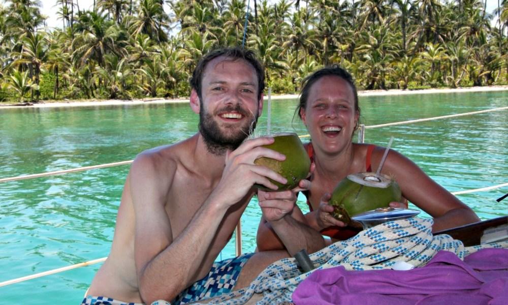 drinken-uit-een-cocosnoot-bij-een-tropisch-eiland