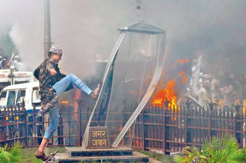 Desecration_of_Amar_Jawan_Jyoti_during_Azad_Maidan_riots
