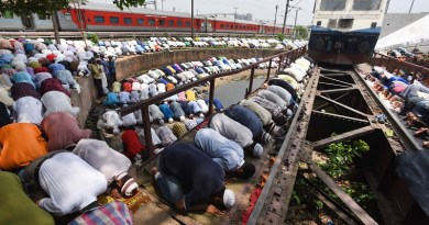 """DEVOTION ON TRACK""  Muslims offer ""Alvida-Namaz"" (last friday prayer of Ramzan) on railway track near New Delhi Railway station at Achchan Mian masjid.----------------------PIC BY ANINDYA CHATTOPADHYAY"