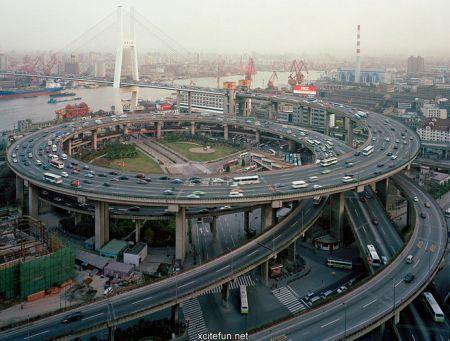 Most a dálnice v čínském Šanghaji, ze které se vám zatočí hlava