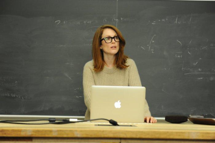 Die Linguistin Alice (Julianne Moore) muss plötzlich vom Computer ablesen. (Bild: zVg)