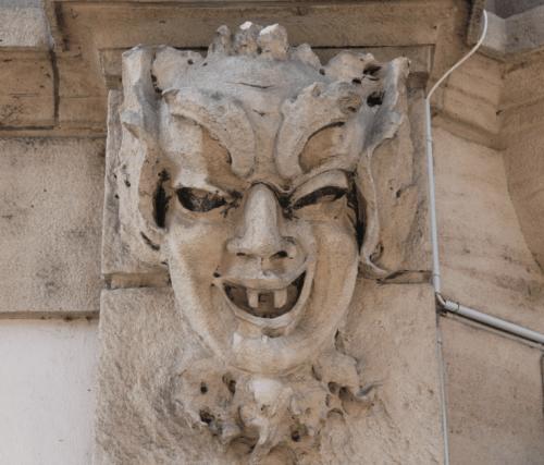Ein sympathisches Kerlchen an der Ecke Feldberg- und Efringerstrasse: Ein Maskaron, wie man ihn oft bei Häusern von Eduard Pfrunder findet (Foto: smi).