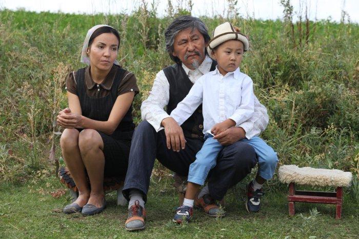 Der Sonderling Centaur (Aktan Arym Kubat) mit seiner Familie. (Bild: zVg)