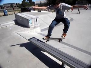 Chico saltando con skate sobre banco