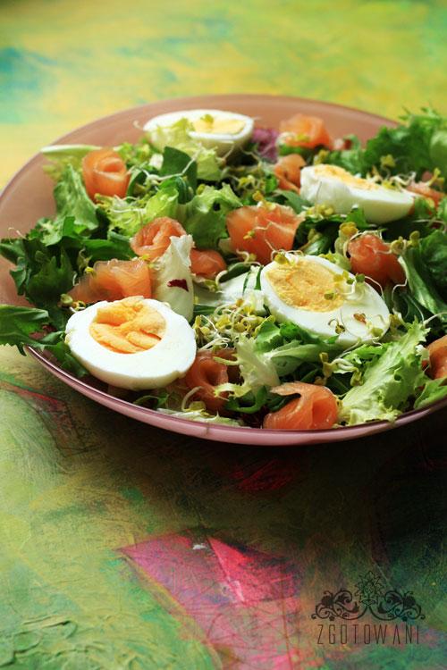salatka-z-lososiem-jajkiem-w-sosie-z-dodatkiem-kielkow-rzodkiewki-5
