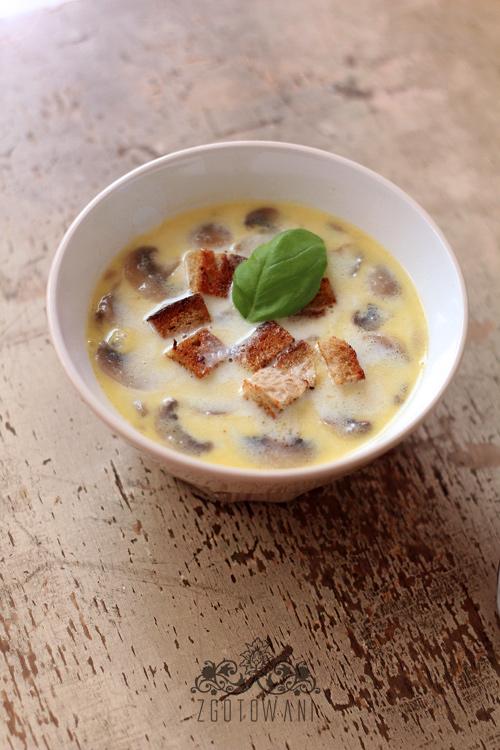 zupa-czosnkowa-z-pieczarkami-i-grzankami-1