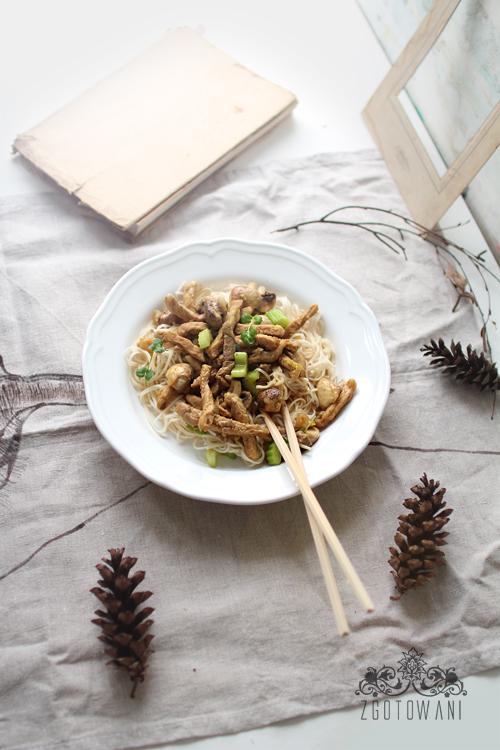 makaron-chow-mein-z-wieprzowina-i--zielona-pasta-curry-1