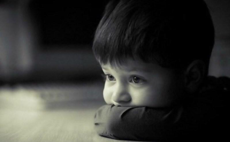 мальчик ждет папу