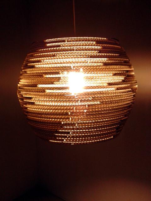 Lampa z kartonu (-) / (-) cardboard lamp