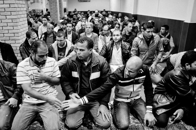 Εδώ μουσουλμάνοι μετανάστες συγκεντρώνονται σε ένα αυτοσχέδιο Τζαμί, για να προσευχηθούν και να γιορτάσουν το Eid al-Adha, μια γιορτή για τη θυσία.