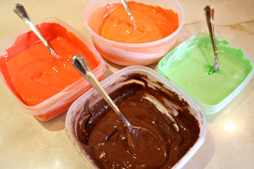 halloween-pumpkin-sugar-cookies-food-coloring-mixed