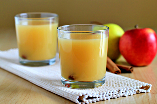 hot spiced apple cider recipe with step by step pictures, rum, nutmeg, cinnamon, apple cider, in glasses, garnished, food styling, food photography, food blog