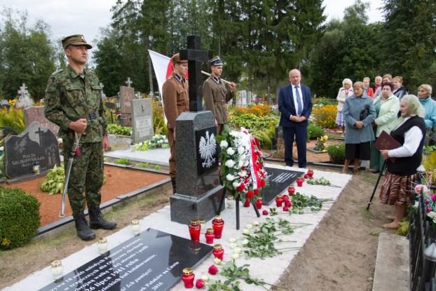Przy pomniku ofiarom mordu na cmentarzu w Bartkiszkach opiekunka tego miejsca – Weronika Stankiewicz