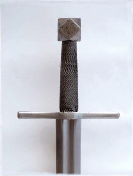Spada medievale con sguscio ampio e profondo