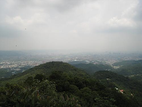 ↑- 由天上山俯瞰南天母山及遠方土城地區