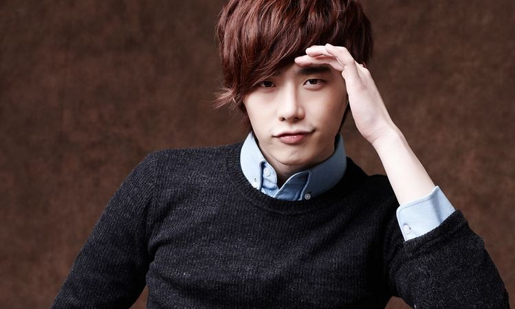 [SNS PIC] Lee Jong Suk Reveals His Cute Methods for Combating the Heat | Soompi