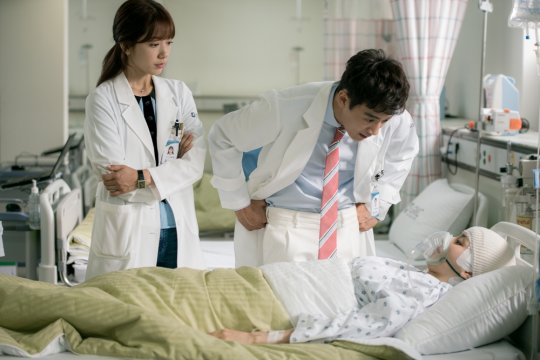 """""""Doctors"""" Reveals Details And Stills Of Han Hye Jin's Cameo"""