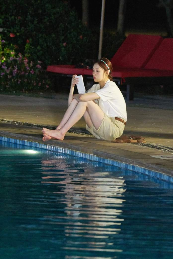 "- Lee Sung Kyung4 - Lee Sang Yoon And Lee Sung Kyung Share Passionate Poolside Embrace In ""About Time""  - Lee Sung Kyung4 - Lee Sang Yoon And Lee Sung Kyung Share Passionate Poolside Embrace In ""About Time"""