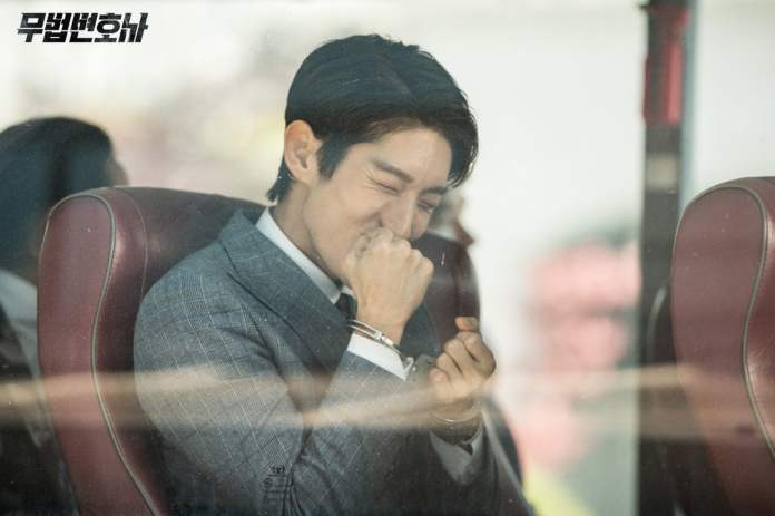 """- Lee Joon Gi21 - Lee Joon Gi Smiles In Handcuffs And Shows Confidence In The Courtroom In """"Lawless Lawyer""""  - Lee Joon Gi21 - Lee Joon Gi Smiles In Handcuffs And Shows Confidence In The Courtroom In """"Lawless Lawyer"""""""