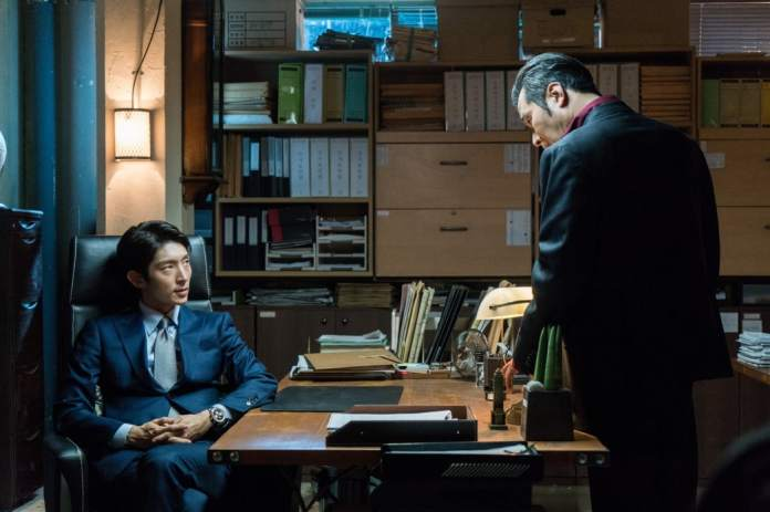 """- choi min soo lee joon gi - Lee Joon Gi Shows He's A Force To Be Reckoned With In Tense """"Lawless Lawyer"""" Standoff  - choi min soo lee joon gi - Lee Joon Gi Shows He's A Force To Be Reckoned With In Tense """"Lawless Lawyer"""" Standoff"""
