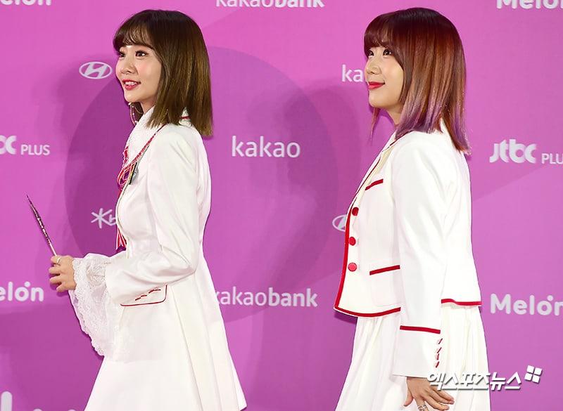 Estrellas iluminan la alfombra roja con sus looks en los 2018 Melon Music Awards 118
