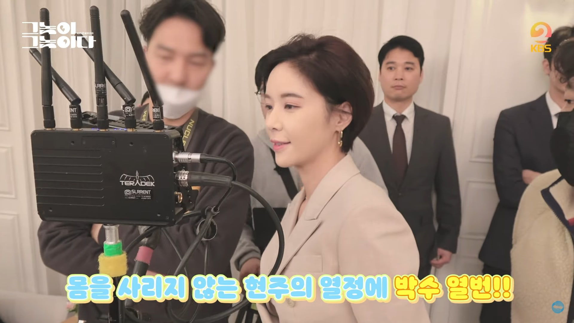 """Watch: Seo Ji Hoon Learns How To Charismatically Hold Hwang Jung Eum While Filming """"To All The Guys Who Loved Me"""" 