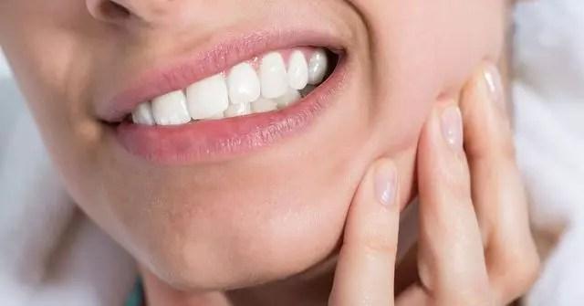 Mulher com dor no dente siso