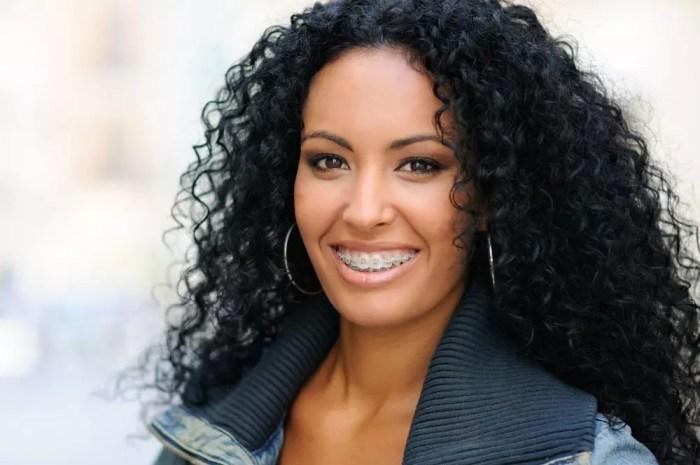 mulher sorrindo utilizando aparelho nos dentes