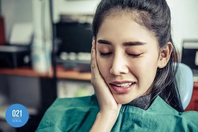 mulher no consultório de dentista para tratamento do tórus mandibular