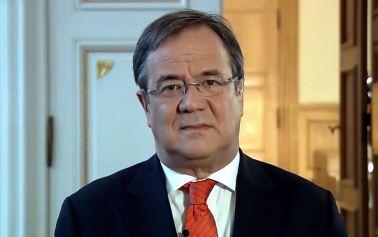 NRW-Ministerpräsident Laschet im Sturzflug